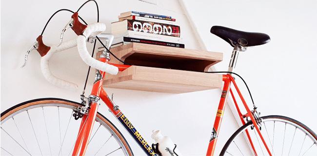 自転車を壁に掛けられる棚