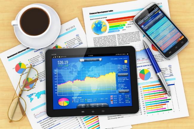 タブレットとモバイルに広告データが映されているデスク