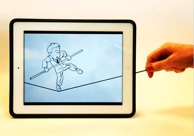 タブレット画面上に写る綱渡りをする男性
